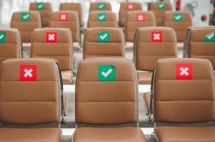 cadeiras com sinal de distância social foto
