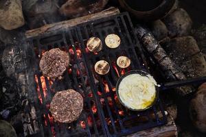 dois hambúrgueres na grelha