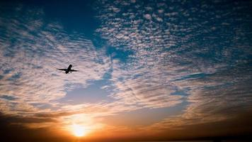 avião no pôr do sol