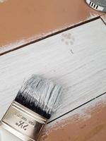 tinta branca na superfície de madeira foto