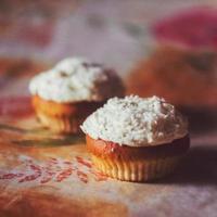 dois cupcakes de sobremesa