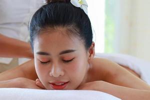 mulher relaxando no spa foto