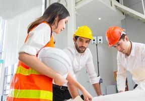 arquitetos discutindo plano de construção foto