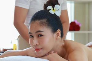 mulher desfrutando de uma massagem nas costas foto