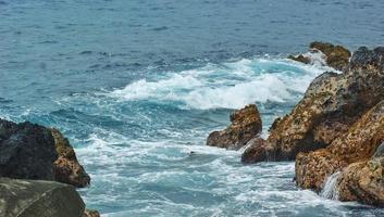 litoral rochoso durante o dia foto