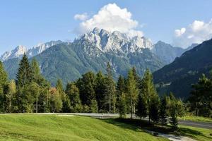 cena da paisagem do topo da montanha nevada foto