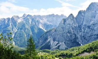montanhas julianas dos Alpes foto