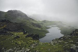 riacho correndo por montanhas de nevoeiro foto