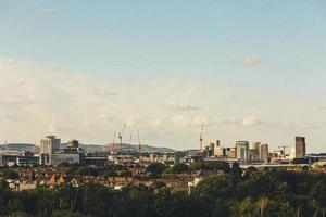 cidade com prédios altos sob um céu azul foto