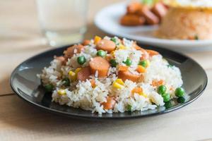 arroz frito com salsicha foto