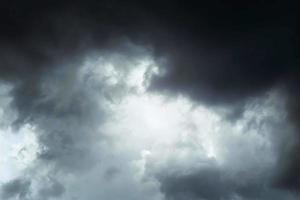 nuvens de tempestade escuras foto