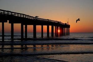 cais de pesca ao nascer do sol foto