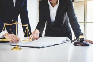 trabalho em equipe de colegas advogados de negócios