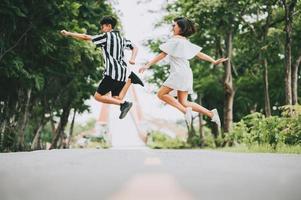 casal pulando no parque foto