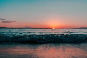 cena do oceano durante o pôr do sol foto