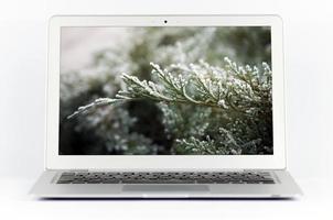 imagem de paisagem em um laptop branco