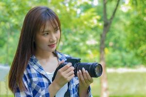 jovem fotógrafo asiático