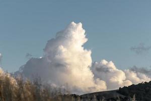 nuvem enorme com grama em primeiro plano