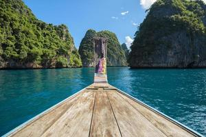 barco de cauda longa nas ilhas phi phi, tailândia