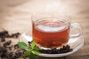 xícara de chá quente em vidro transparente