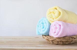 cesta de toalhas coloridas foto