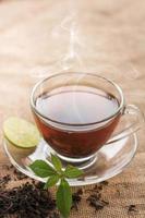 xícara de chá quente em um copo transparente