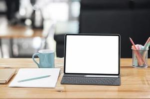 maquete de tablet em uma mesa de centro em uma sala de estar foto