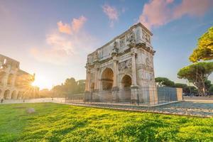 vista do arco de constantine em roma, itália foto