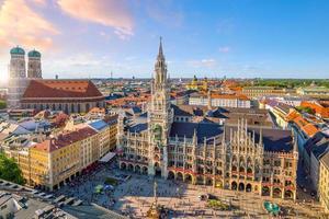 horizonte de munique com a prefeitura da marienplatz.