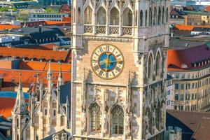 relógio da torre da prefeitura da marienplatz foto