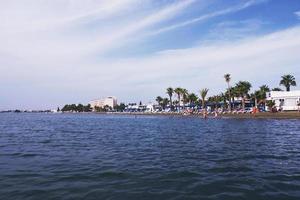 praia de larnaca e mar em dia ensolarado foto