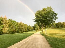 arco-íris sobre a paisagem de verão