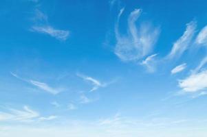 céu azul com nuvens foto