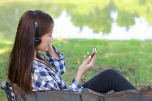 mulher asiática com fones de ouvido