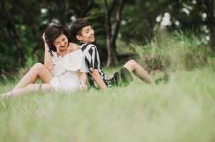 casal asiático no parque