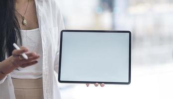 close-up de uma mulher segurando uma maquete de tablet