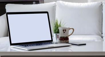 maquete de laptop em uma mesa de centro foto