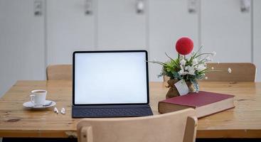 maquete de laptop em uma mesa de jantar foto
