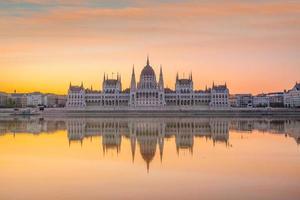 edifício do parlamento ao nascer do sol