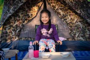menina em uma cadeira de acampamento