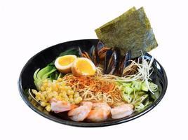 uma tigela de ramen com mexilhões e algas em um fundo branco foto