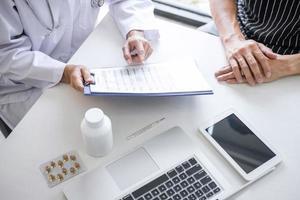 close-up de um médico revisando medicamentos com um paciente