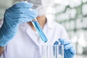 close-up de um cientista segurando um tubo de ensaio