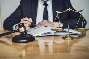close-up de um advogado com martelo e balança