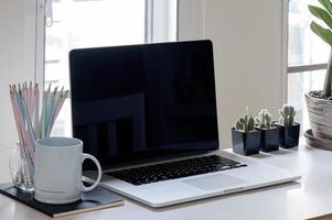 maquete de laptop com vasos de plantas foto