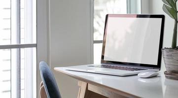 maquete de laptop em um escritório foto