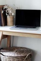 maquete de laptop em um escritório doméstico foto