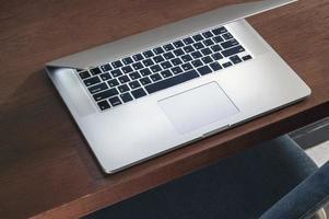 laptop em uma mesa de madeira foto