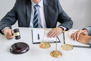 close-up de um advogado com um cliente