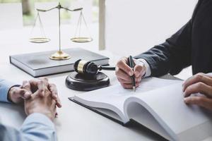 close-up de um advogado consultando um cliente
